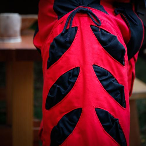 Imperialis Hosenbein Schnitte rot/schwarz